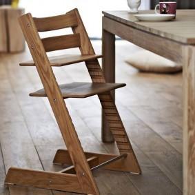 Растущий стул с фанерным сидением на деревянном каркасе