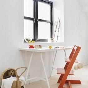 Яркий стул перед белым столом