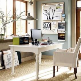 Белый стол на фигурных ножках