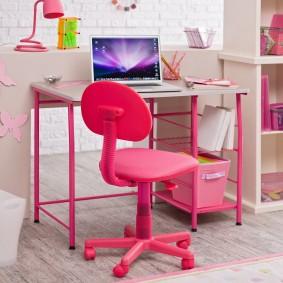 Розовый стульчик для ученицы младших классов