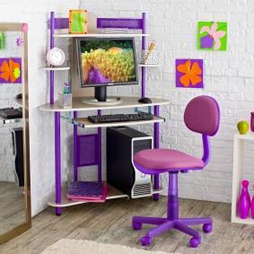Угловой столик для размещения компьютера в детской комнате