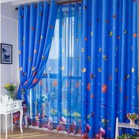 Синие шторы на люверсах на окне с голубым тюлем