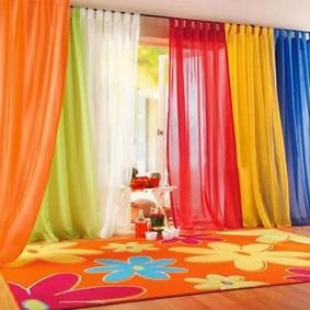 Яркий тюль в дизайне детской комнаты