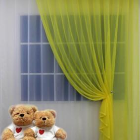 Светло-желтый тюль на окне спальни для ребенка
