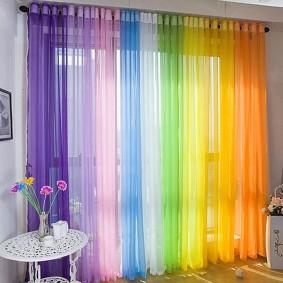Все цвета радуги на одном окне в детской комнате