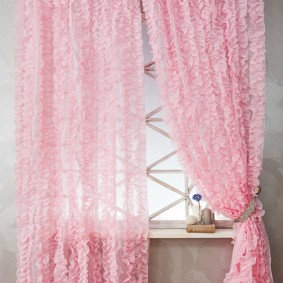 Розовый тюль с красивой драпировкой