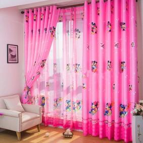 Окно в спальне маленькой девочки