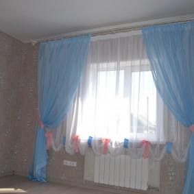 Двойной тюль на окне детской комнаты