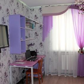 Детский стол в комнате школьника