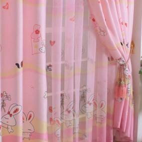 Розовая вуаль на окне детской комнаты
