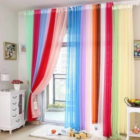 Полосатые шторы в светлой комнате