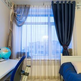 Асимметричное оформление окна в комнате мальчика