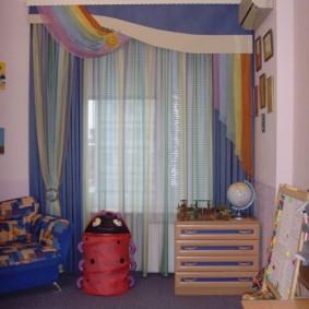 Самодельный ламбрекен на окне комнаты для сына