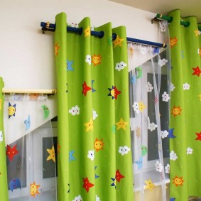 Зеленые шторы на черном карнизе