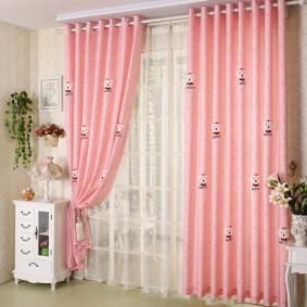 Розовые занавески на белом карнизе