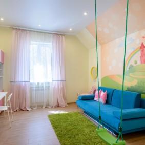 Зеленый коврик перед голубым диваном