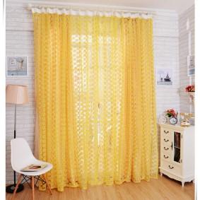 Желтые занавески в комнате с белой мебелью