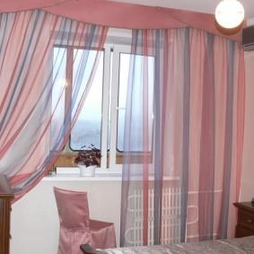 Полупрозрачные шторы на окне спальни