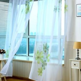 Зеленые цветочки на прозрачной вуали
