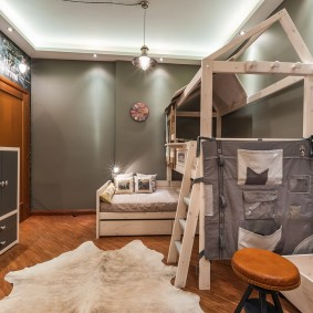 Деревянная кровать в комнате для двух мальчиков