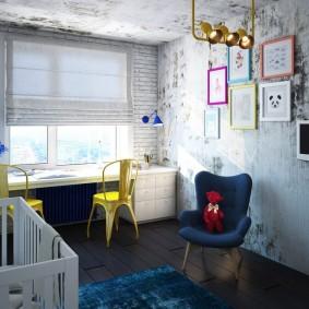 Желтый стул перед окном детской