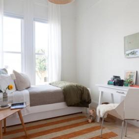 Полосатый коврик в комнате подростка