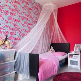 Розовая стена в спальне девочки