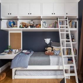 Встроенные шкафы над детской кроватью
