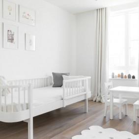 Белая комната с детской кроватью