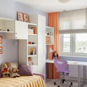 Рабочее место школьницы у окна комнаты