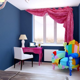 Розовая занавеска в комнате с синими стенами