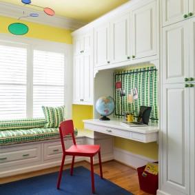 Встроенный стол в детской комнате