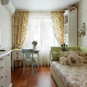 Пестрые занавески в спальне девочки