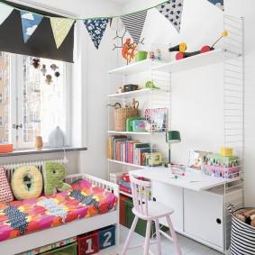 Декор детской комнаты гирляндой из флажков