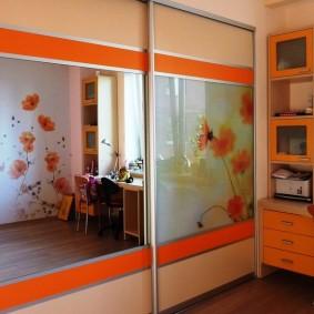 Зеркальные вставки на раздвижных дверцах шкафа