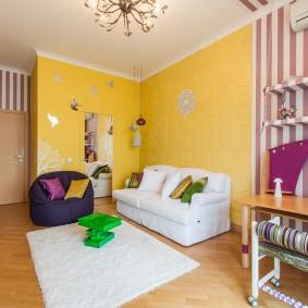 Белый диван у желтой стены