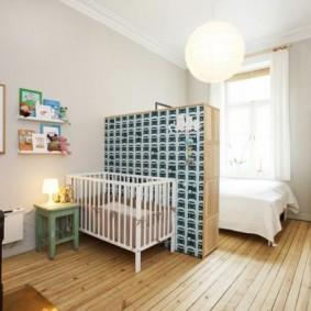 Детская кроватка за шкафом в гостиной