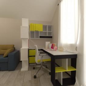Письменный стол перед окном комнаты