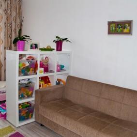 Белый стеллаж с детскими игрушками