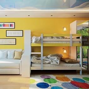 Желтые стены в небольшой квартире