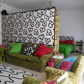 Разноцветные подушки на диванчике в квартире