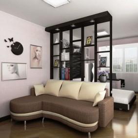 Черный стеллаж в комнате с кроватью