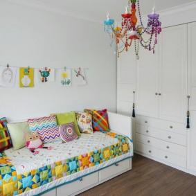 Яркая расцветка люстры для детской комнаты