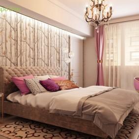 Широкая кровать в спальне девушки