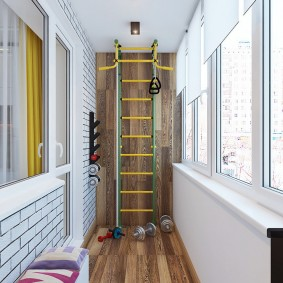 Благоустроенный балкон в кирпичном доме