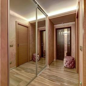 Зеркальные дверцы вместительного шкафа