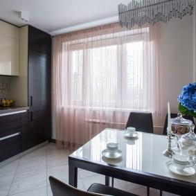 Светлые шторы на кухне в квартире