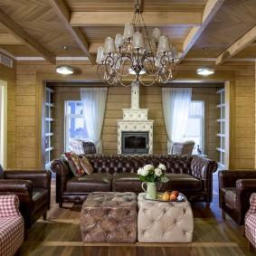 Комбинация мягкой мебели в гостиной деревянного дома