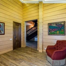 Картины в интерьере дома из деревянного бруса