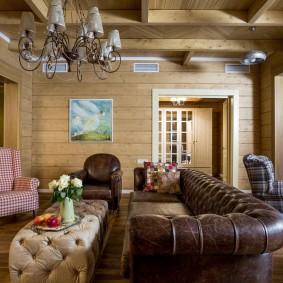Кожаная обивка дивана в зале частного дома